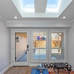 Ispirazione per una palestra in casa stile americano con pareti grigie, pavimento in legno massello medio e pavimento marrone