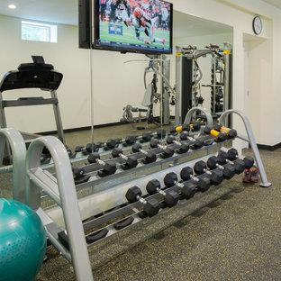 Diseño de sala de pesas minimalista, grande, con paredes beige, suelo de corcho y suelo negro
