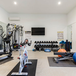 Modelo de gimnasio multiusos, contemporáneo, de tamaño medio, con paredes blancas y suelo gris