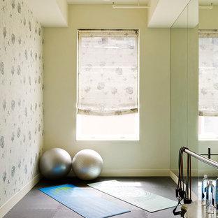 ニューヨークのコンテンポラリースタイルのおしゃれなヨガスタジオ (ベージュの壁、濃色無垢フローリング) の写真
