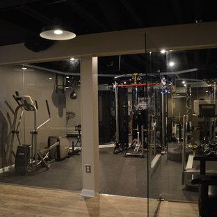 Immagine di una sala pesi moderna di medie dimensioni con pareti beige