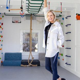 Idee per una piccola parete da arrampicata moderna con pareti bianche e pavimento grigio