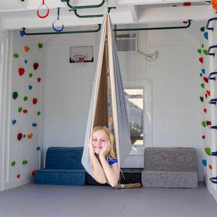 Esempio di una piccola parete da arrampicata minimalista con pareti bianche e pavimento grigio