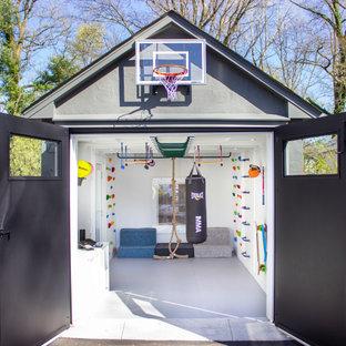 Kleiner Moderner Fitnessraum mit Kletterwand, weißer Wandfarbe und grauem Boden in New York