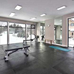 Multifunktionaler, Großer Moderner Fitnessraum mit grauer Wandfarbe und schwarzem Boden in Toronto
