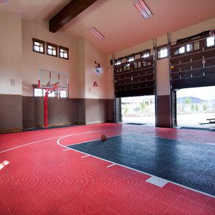 Ispirazione per un grande campo sportivo coperto tradizionale con pareti multicolore e pavimento rosso