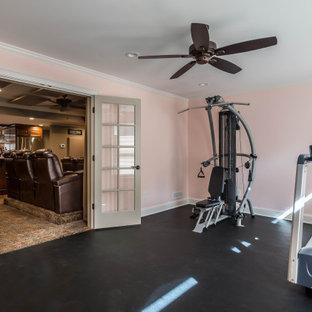 Multifunktionaler, Kleiner Rustikaler Fitnessraum mit rosa Wandfarbe und schwarzem Boden in Atlanta