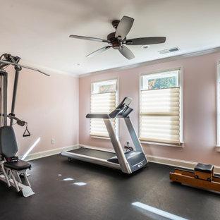 Multifunktionaler, Kleiner Uriger Fitnessraum mit rosa Wandfarbe und schwarzem Boden in Atlanta