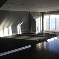 Modern Home Gym by Vitrévolution inc.
