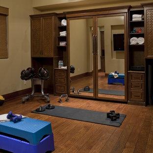 Multifunktionaler, Mittelgroßer Klassischer Fitnessraum mit beiger Wandfarbe und braunem Holzboden in Tampa
