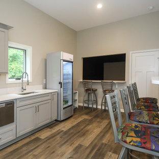 Multifunktionaler, Großer Moderner Fitnessraum mit grauer Wandfarbe, Vinylboden, braunem Boden und freigelegten Dachbalken in Atlanta