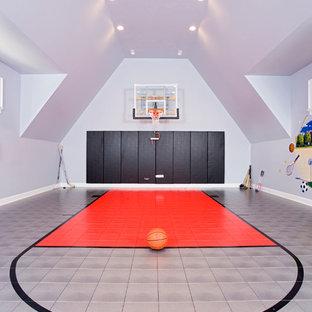 Moderner Fitnessraum mit Indoor-Sportplatz und grauer Wandfarbe in Chicago