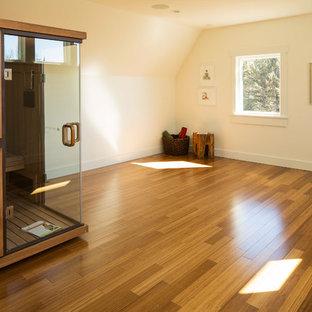 Foto di uno studio yoga country di medie dimensioni con pareti bianche e pavimento in legno massello medio
