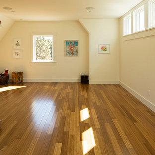 Foto di uno studio yoga country di medie dimensioni con pareti bianche e parquet chiaro