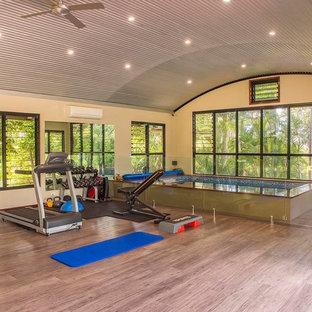 Multifunktionaler, Großer Kolonialstil Fitnessraum mit beiger Wandfarbe und braunem Boden in Sunshine Coast