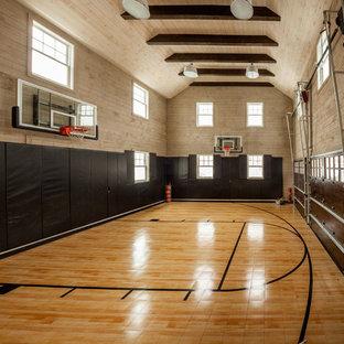 Großer Klassischer Fitnessraum mit Indoor-Sportplatz und bunten Wänden in New York