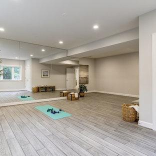 Foto di un grande studio yoga classico con pareti beige, pavimento in vinile e pavimento marrone