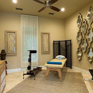 Großer Moderner Yogaraum mit beiger Wandfarbe und Travertin in Orlando