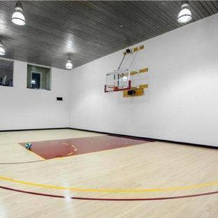 Geräumiger Klassischer Fitnessraum mit Indoor-Sportplatz und weißer Wandfarbe in Los Angeles