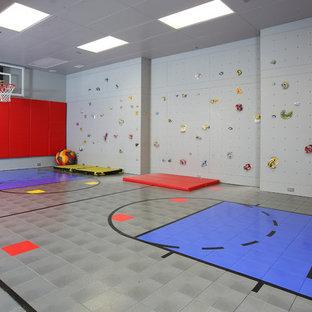 Moderner Fitnessraum mit Indoor-Sportplatz, grauer Wandfarbe und grauem Boden in Boston