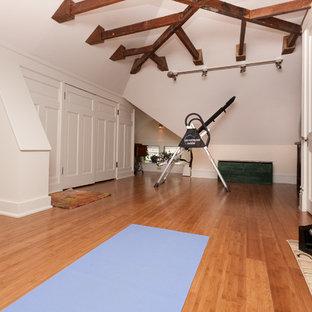 Foto di una palestra multiuso bohémian di medie dimensioni con pareti bianche e pavimento in legno massello medio