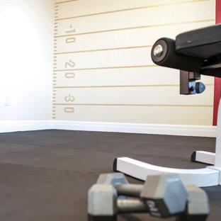 Immagine di una sala pesi tradizionale di medie dimensioni con pareti multicolore e pavimento in sughero