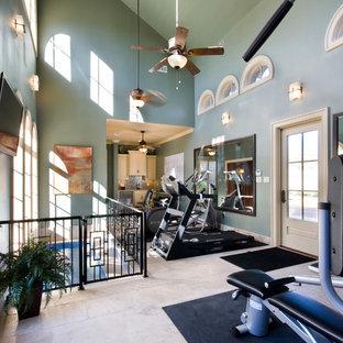 Multifunktionaler, Großer Klassischer Fitnessraum mit blauer Wandfarbe und Travertin in New Orleans