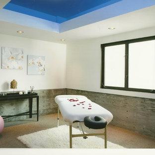 Großer, Multifunktionaler Maritimer Fitnessraum mit weißer Wandfarbe in Los Angeles