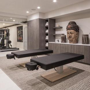 Multifunktionaler Moderner Fitnessraum mit grauer Wandfarbe und grauem Boden in San Francisco