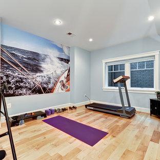ワシントンD.C.のトラディショナルスタイルのおしゃれなホームジム (青い壁、ベージュの床) の写真