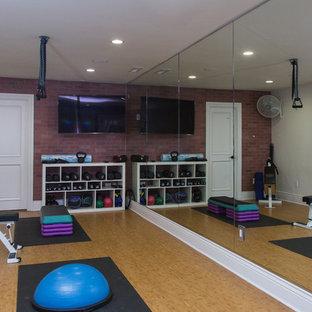 Idee per una palestra multiuso chic di medie dimensioni con pareti multicolore, pavimento in bambù e pavimento beige