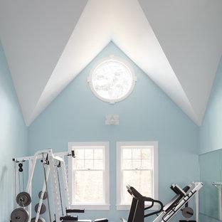 Maritimer Fitnessraum mit blauer Wandfarbe, Teppichboden und grauem Boden in Manchester