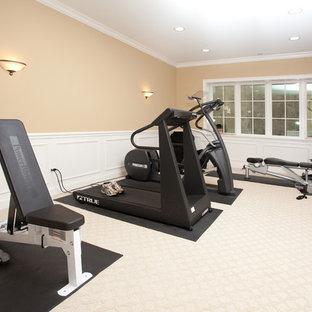 Immagine di una sala pesi chic di medie dimensioni con pareti beige, moquette e pavimento bianco