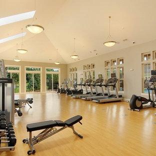 Multifunktionaler, Geräumiger Rustikaler Fitnessraum mit grauer Wandfarbe und hellem Holzboden in Chicago