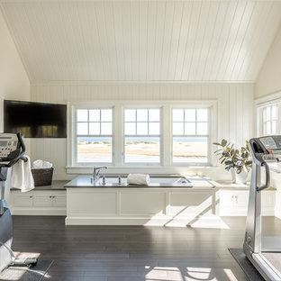Multifunktionaler Maritimer Fitnessraum mit weißer Wandfarbe und dunklem Holzboden in Portland Maine