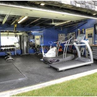 Idee per una sala pesi minimal con pareti blu