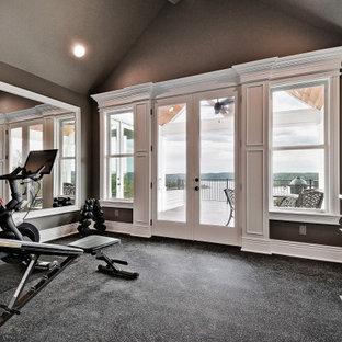 Foto di una piccola palestra multiuso stile americano con pareti marroni e pavimento nero