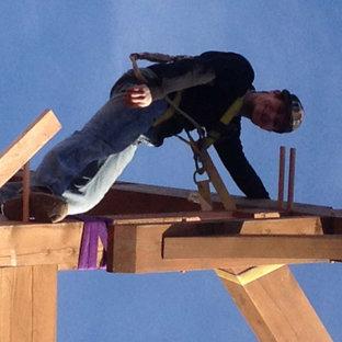 Geräumiger Rustikaler Yogaraum mit freigelegten Dachbalken in Denver