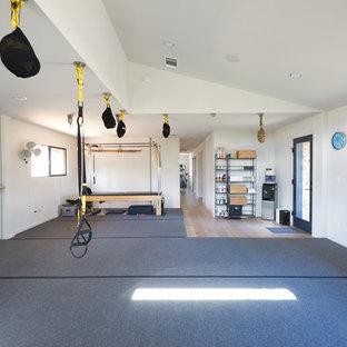 Multifunktionaler, Mittelgroßer Moderner Fitnessraum mit weißer Wandfarbe und grauem Boden in Austin