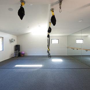 Bild på ett mellanstort funkis hemmagym med grovkök, med vita väggar och grått golv