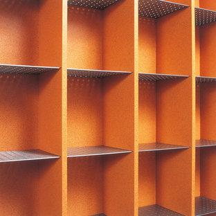Foto di una palestra eclettica con pareti arancioni