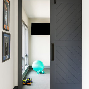 Multifunktionaler, Großer Moderner Fitnessraum mit weißer Wandfarbe und grauem Boden in Minneapolis