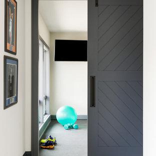 Inspiration för ett stort funkis hemmagym med grovkök, med vita väggar och grått golv