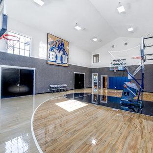 ソルトレイクシティの巨大なトランジショナルスタイルのおしゃれな室内コート (グレーの壁、ベージュの床、淡色無垢フローリング) の写真