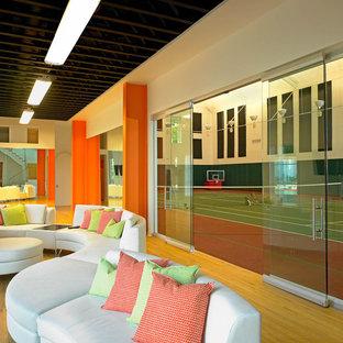 Foto di un ampio campo sportivo coperto mediterraneo con pareti beige e parquet chiaro