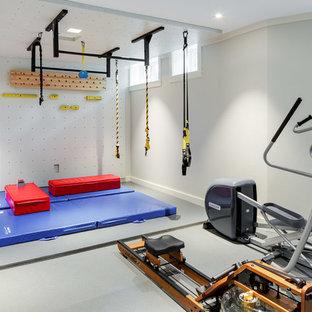Klassischer Fitnessraum mit Kletterwand, grauer Wandfarbe und grauem Boden in Boston