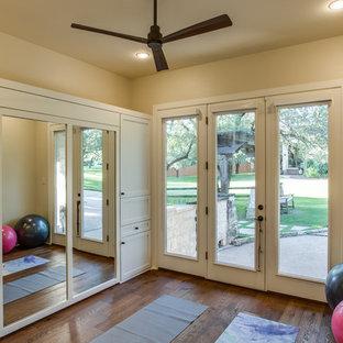 Multifunktionaler, Kleiner Moderner Fitnessraum mit hellem Holzboden, braunem Boden und beiger Wandfarbe in Austin