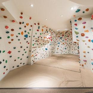 Moderner Fitnessraum mit Kletterwand und weißer Wandfarbe in Atlanta