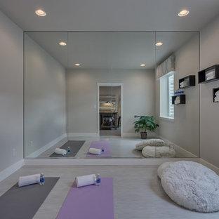 Klassischer Yogaraum mit beiger Wandfarbe, Linoleum und beigem Boden in Denver
