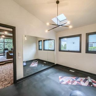Multifunktionaler, Mittelgroßer Industrial Fitnessraum mit weißer Wandfarbe, Vinylboden, schwarzem Boden und gewölbter Decke in Chicago